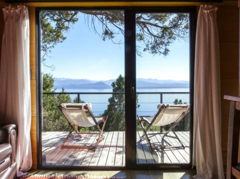 Vistas al lago desde una casa en alquiler en Airbnb en Argentina.