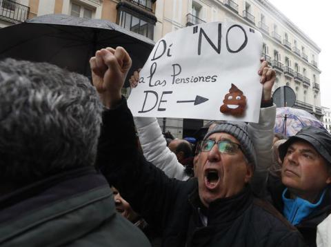 Miles de jubilados convocados por los sindicatos UGT y CC.OO se movilizan en más de cuarenta ciudades en defensa del sistema público de pensiones.