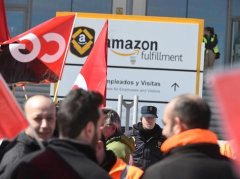 Trabajadores de Amazon frente a la sede de la empresa en San Fernando de Henares en la primera jornada de huelga en España.