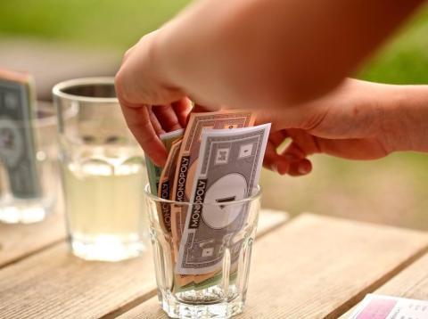 dinero del monopoly concepto ahorro