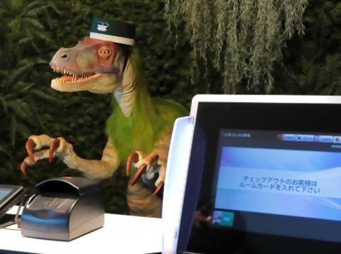 Dinosuario como robot recepcionista de hotel