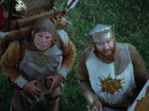 El Rey Arturo, junto a su escudero que simula ser un caballo chocando dos cocos, en 'Los caballeros de la mesa cuadrada'.