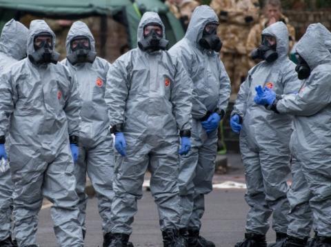 Militares vestidos con trajes de protección investigan el envenenamiento de Sergei Skripal el 11 de marzo de 2018 en Salisbury (Inglaterra).