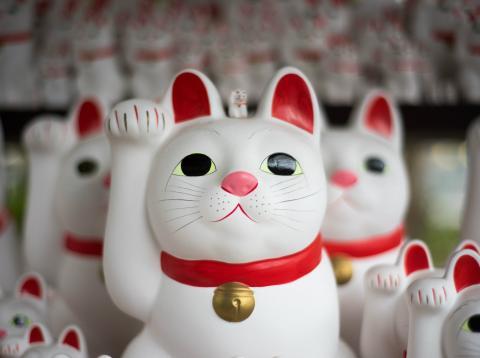El maneki-neko es el gato de la fortuna en la tradición japonesa.