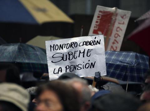 Manifestante contra la congelación de las pensiones