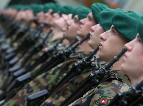 Miembros de la guardia de honor del ejército federal suizo en octubre de 2012