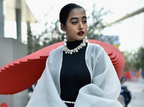 Mujer rica lleva ropa y joyas caras