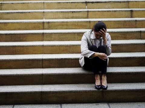 Mujer sentada en las escaleras triste llorando