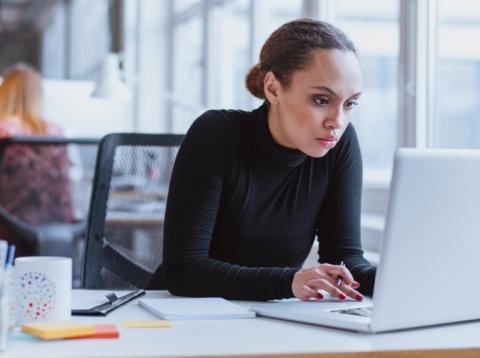Mujer trabaja en un ordenador