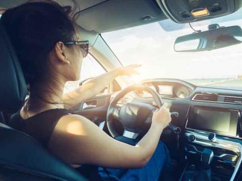 Chica conduciendo un coche
