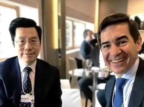 El fundador de Sinovation Ventures y ex presidente de Google en China Kai-Fu Lee junto al consejero delegado del BBVA Carlos Vila