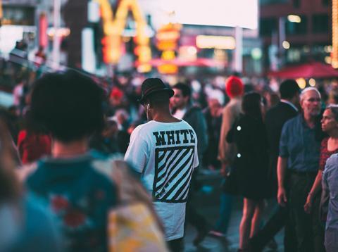 Gente en la calle de compras