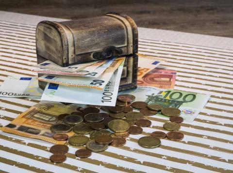 Guardar el dinero en la hucha