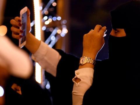 Arabia Saudí multa mirar el móvil de la pareja