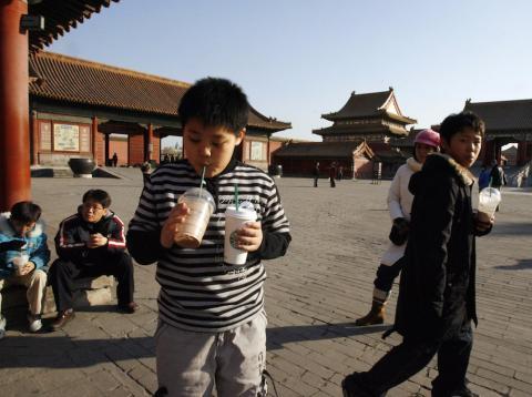 Niño bebiendo café