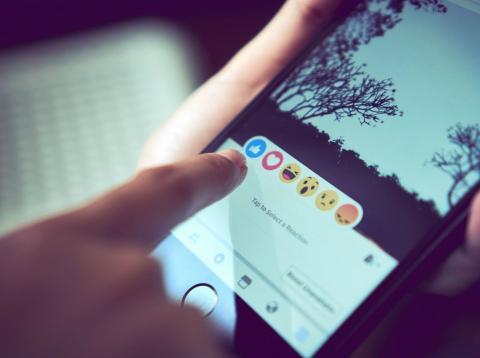 Una pantalla con la app de Facebook.