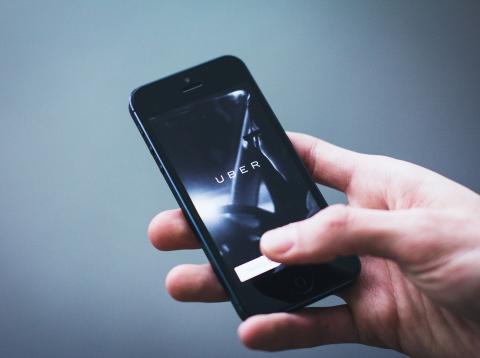 un usuario de Uber en smartphone