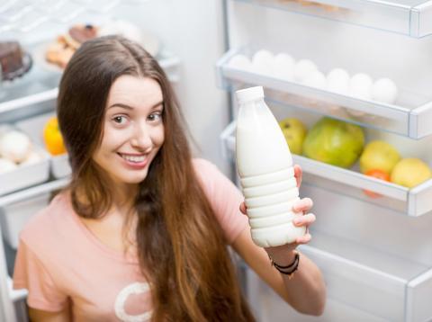 Chica joven con leche en la mano