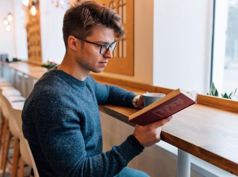 Chico leyendo un libro