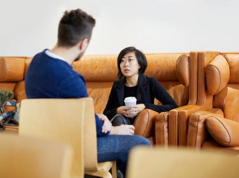 Hombre y mujer negociando