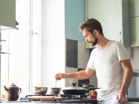 Hombre preparando la cena