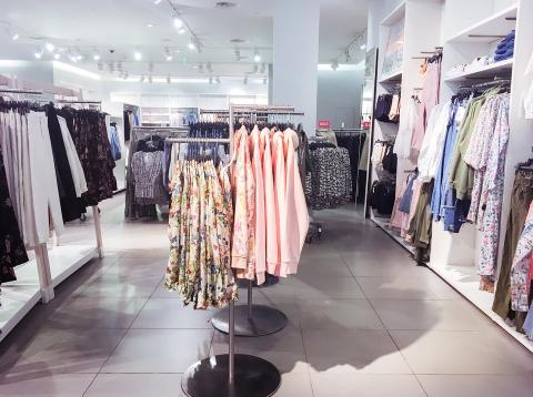 ab2ebf5a6 H&M estaba desordenado, pero es más económico y ofrece una variedad mucho  mayor de estilos que Zara. Business Insider/Jessica Tyler