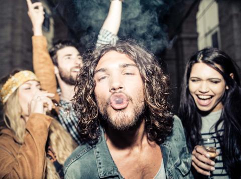 Jóvenes fumando y bebiendo