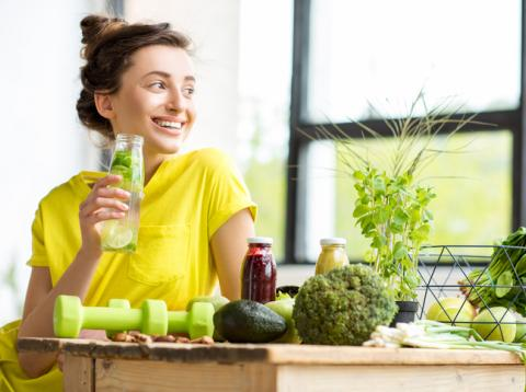 Mujer joven tomando alimentos saludables de dieta