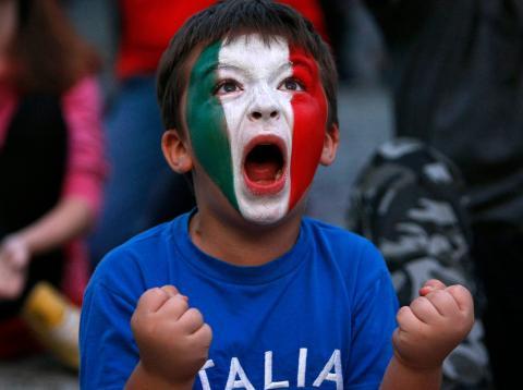 Un niño con una camiseta de Italia [RE]