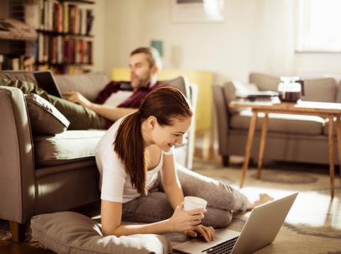 Pareja en casa usando Internet