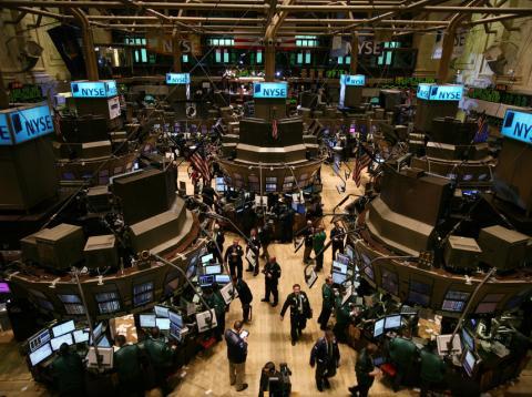Trabajadores en la bolsa de Nueva York, el 17 de marzo de 2008, en Nueva York, EEUU.