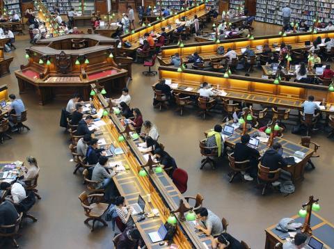Universitarios en la biblioteca