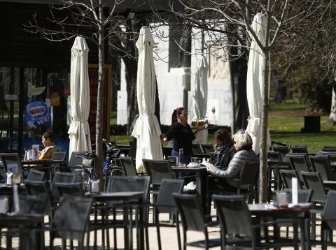 Una camarera en el bar de un parque
