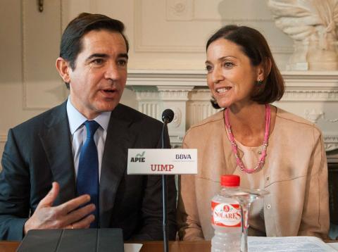 Carlos Torres, CEO de BBVA, y Reyes Maroto, ministra de Industria, Comercio y Turismo.