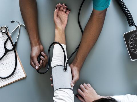 Los médicos emplean múltiples horas de su tiempo rellenando historiales clínicos, lo cual les quita tiempo que podrían invertir en interactuar con sus pacientes.