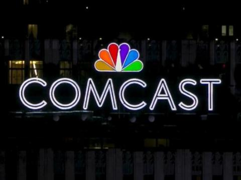 RE Los logos de NBC y Comcast, encima del edificio de Comcast, en el número 30 de Rockefeller Plaza, Manhattan, Nueva York, EEUU