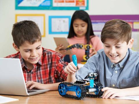 Niños estudiando programación