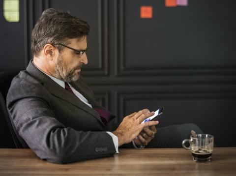 Persona utilizando las redes sociales en el móvil.