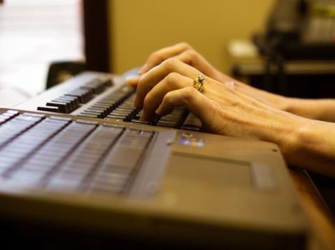Tecleando en el ordenador, trabajando [RE]