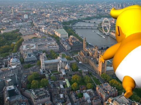 El furioso bebé gigante con la cara de Trump [RE]