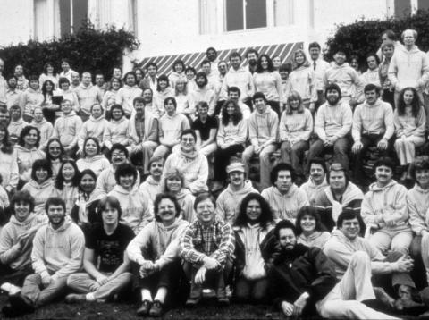 El equipo de Apple en un encuentro en Carmel (California) en 1982: Steve Jobs y Steve Wozniak se encuentran en la misma fila, sentados, en la parte central de la imagen.