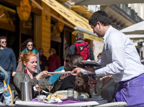 Camarero en la terraza de un restaurante de la Plaza Mayor