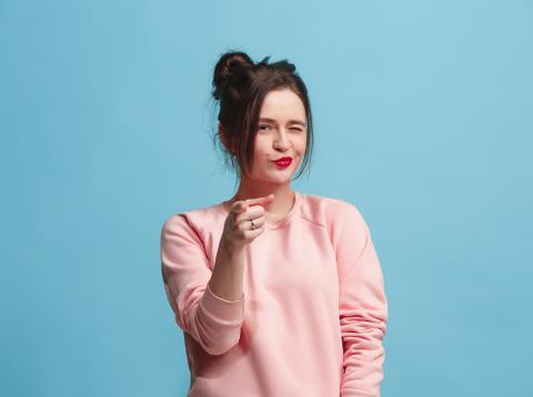 Chica señalando con el dedo