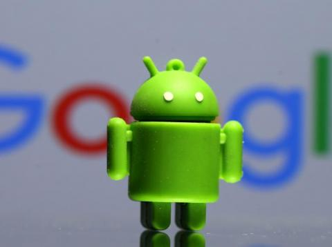 La mascota de Android, Bugdroid, impresa en 3D y frente al logo de Google.