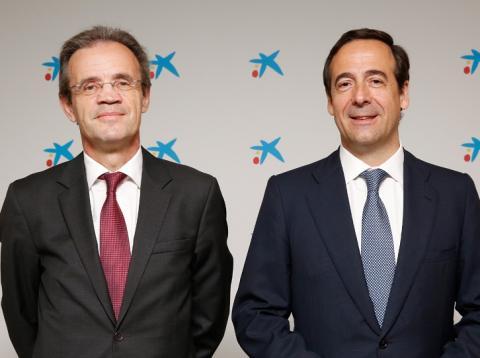 Jordi Gual, presidente de CaixaBank (izq.) y Gonzalo Gortázar, consejero delegado de CaixaBank.