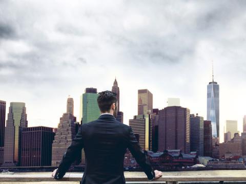 Joven inversor frente al skyline de Nueva York