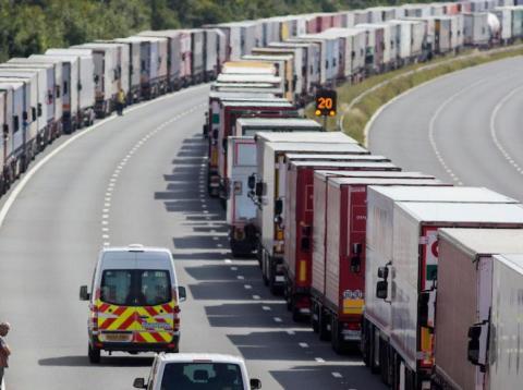 Vehículos extranjeros aparcados en una autopista británica [RE]