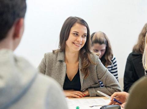 Mujer sonriendo y trabajando