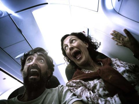 Pasajeros atemorizados viajando en un avión