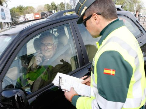 Un Guardia Civil apercibe a un conductor.